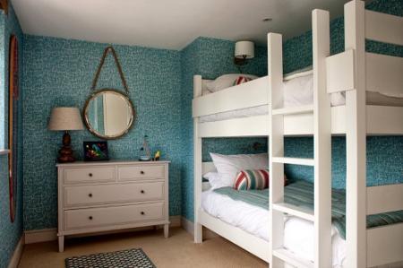 Двоярусне ліжко в дитячій кімнаті
