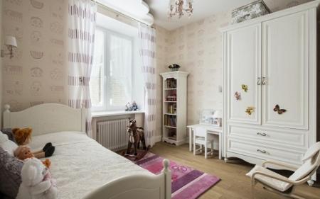 Светлая мебель в детской комнате